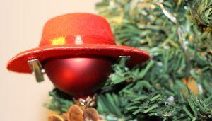 Rote Weihnachtskugel mit rotem Hut