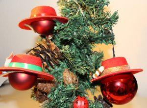 Rote Weihnachtskugeln mit rotem Hut am Weihnachtsbaum