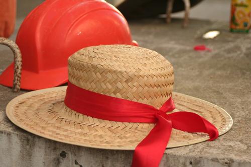 Bauhelme sind auch Hüte, es sind Schutzhüte in verschiedenen Farben