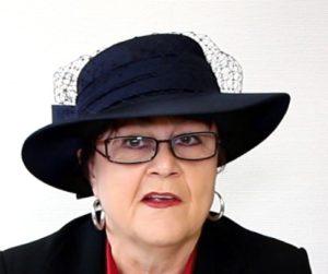 Den blauen Anlasshut würde Angelika Albrecht bei der Krönung zur Hutkönigin tragen