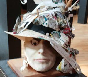 Hut aus Zeitungspapier und Bleistiften, Museum der verrückten Hüte, Albrecht
