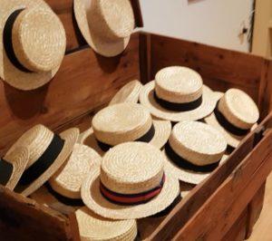 Holzkiste mit Strohhüten im Hutmuseum Montappone, Italien - museo del cappello - Angelika Albrecht