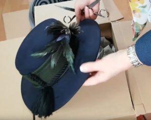 Unboxing der Hüte: Der blaue Hut aus dem Paket